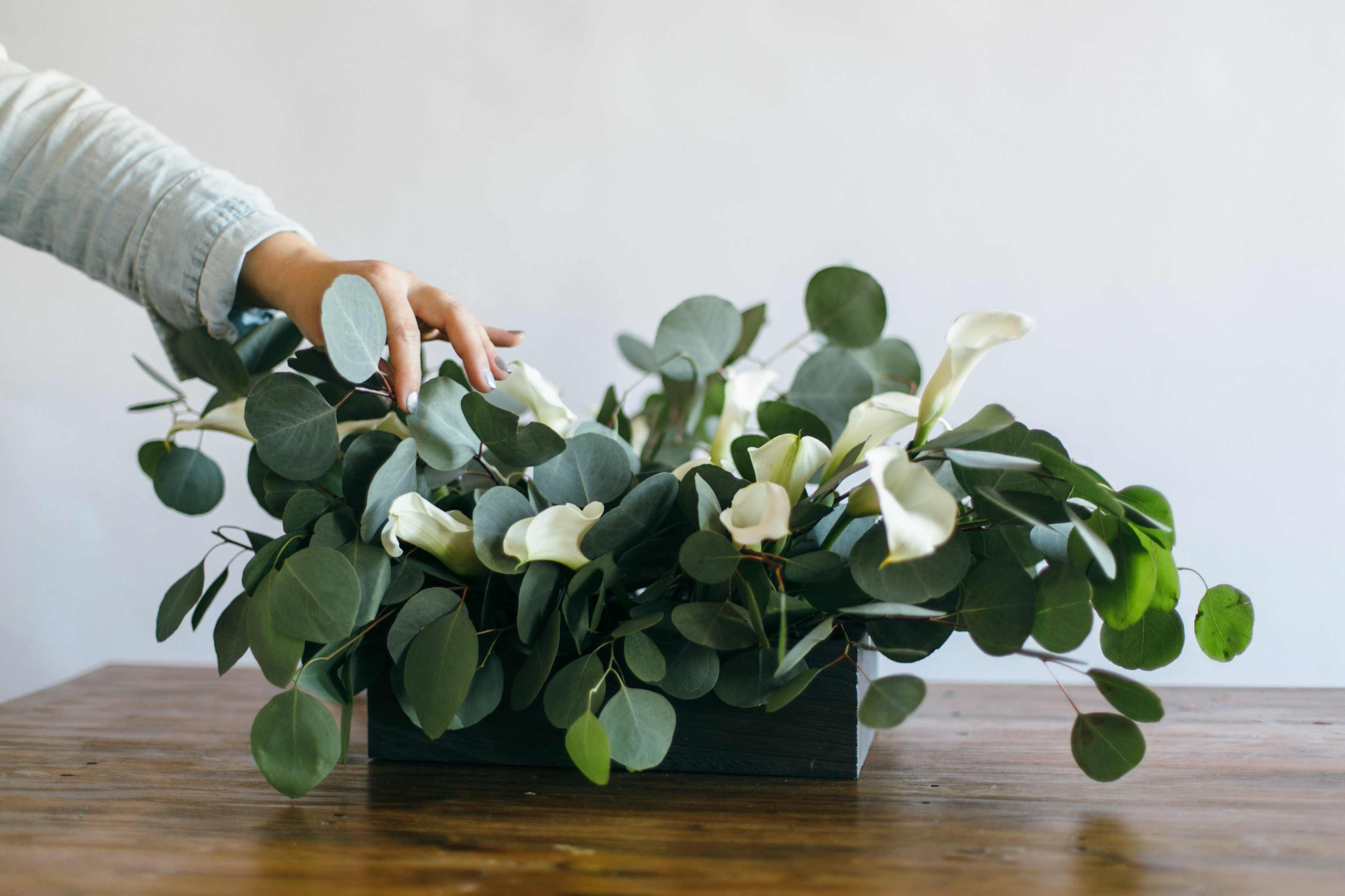 How To DIY a Modern Calla Lily Table Centerpiece