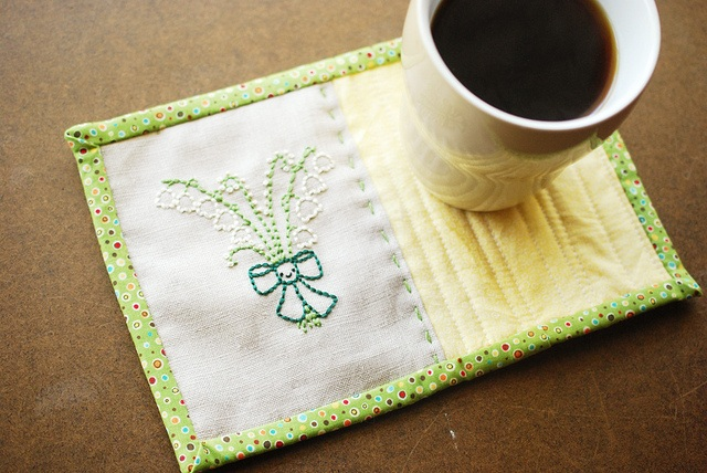 Project simple embroidered mug rug with real quilt binding