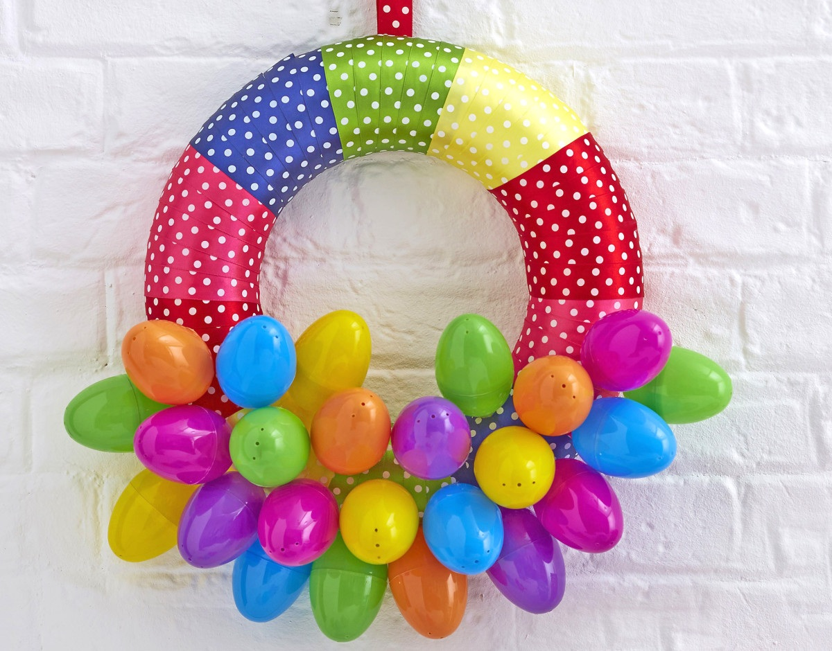 How to Make a Bright Easter Egg Wreath